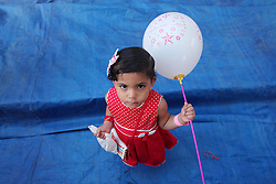 17.07.2015, Gaza Stadt, PSE, Fastenmonat Ramadan, im Bild ein Kind mit Luftballon // A Palestinian girl poses for a photograph during the Eid al-Fitr prayer, marking the end of the fasting month of Ramadan, in Gaza City's eastern suburb of Al-Shejaiya, Palestine on 2015/07/17. EXPA Pictures © 2015, PhotoCredit: EXPA/ APAimages/ Ashraf Amra<br /> <br /> *****ATTENTION - for AUT, GER, SUI, ITA, POL, CRO, SRB only*****