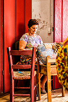 Trabalho em renda de bilro em Sambaqui, no distrito de Santo Antonio de Lisboa. Florianópolis, Santa Catarina, Brazil. / Bobbin lace work in Sambaqui, at Santo Antonio de Lisboa district. Florianopolis, Santa Catarina, Brazil.