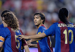 03-03-2007 VOETBAL: SEVILLA FC - BARCELONA: SEVILLA  <br /> Sevilla wint de topper met Barcelona met 2-1 / Giovanni van Brockhorst feliciteert Ronaldinho die de 1-0 scoort<br /> ©2006-WWW.FOTOHOOGENDOORN.NL