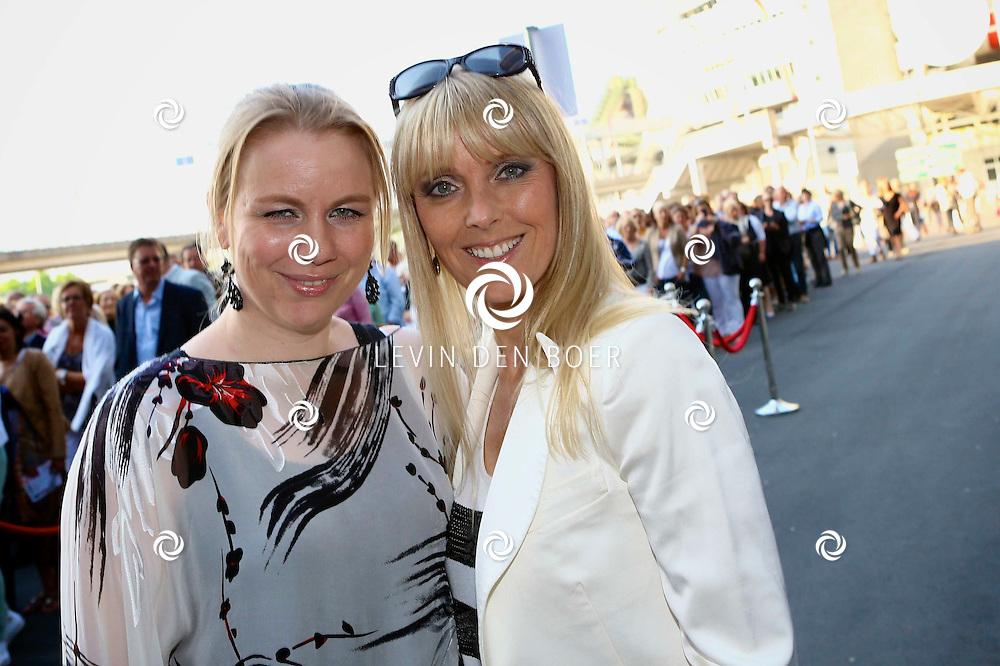 AMSTERDAM - Niet eerder trad de 71-jarige theaterdiva Barbra Streisand op in Nederland. Ze doet Nederland aan in het kader van haar tournee Barbra Streisand Live. Velen bekende Nederlanders kwamen natuurlijk hier een kijkje nemen. Met op deze foto Joke de Kruijf (R) en een vriendin. FOTO LEVIN DEN BOER - PERSFOTO.NU
