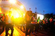 Samen met twee kinderen slaat wethouder Harm Janssen de eerste damwand als startsein voor de bouw van het nieuwe muziektheater aan het Vredenburg in Utrecht. Direct na de handeling barst en vuurwerk los en wordt muziek gemaakt, onder andere met Kyteman. Een brassband begeleidt de gasten