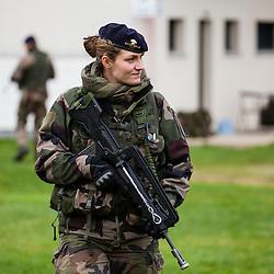 Exercice Hermine 2016 des élèves officiers du 2ème Bataillon de l'Ecole Spéciale Militaire de Saint-Cyr. <br /> Jour 1 : Mise en place par opération aéroportée, assaut sur Ville Bizard et l'aérodrome de Loyat, franchissement de lac de nuit.<br /> Jour 2 : Contrôle de zone et évacuation de ressortissants par hélicoptère.<br /> Janvier 2016 / Ploermel (56) / FRANCE<br /> Voir le reportage complet (164 photos) http://sandrachenugodefroy.photoshelter.com/gallery/2016-01-Exercice-Hermine-a-Saint-Cyr-Complet/G0000j_cqbwsln8Q/C0000yuz5WpdBLSQ