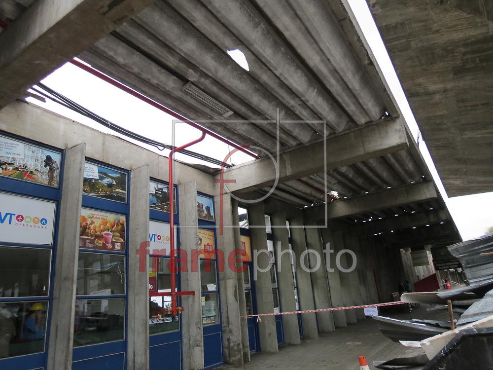 Curitiba,(PR) 04/10/2013 - Vendaval na capital deixa rastro de arvores caidas e rodoviaria destelhada -  foto: Gisele Pimenta/Frame