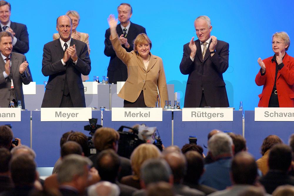 11 NOV 2002, HANNOVER/GERMANY:<br /> Angela Merkel, CDU Bundesvorsitzende, nimmt nach ihrer Rede den Jubel der Delegierten entgegen, Personen v.L.n.R.: Wlli Hausmann, CDU Bundesgeschaeftsfuehrer, Laurenz Meyer, CDU Generalsekretaer, Merkel, Juergen Ruettgers, CDU Landesvors. NRW, Annette Schavan, Kultusministerin BAden-Wuerttemb., CDU Bundesparteitag, Hannover Messe<br /> IMAGE: 20021111-01-071<br /> KEYWORDS: Parteitag, party congress, speech, Applaus, J&uuml;rgen R&uuml;ttgers