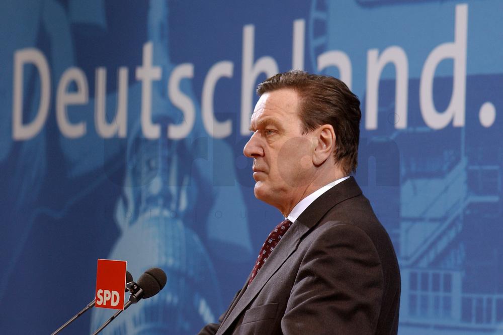 03 FEB 2003, BERLIN/GERMANY:<br /> Gerhard Schroeder, SPD, Bundeskanzler und Parteivorsitzender, waehrend einer Pressekonferenz zur vorangegangenen Sitzung des SPD Praesidiums und dem Ausgang der Landtagswahlen, Willy-Brandt-Haus<br /> IMAGE: 20030203-04-044<br /> KEYWORDS: Gerhard Schröder