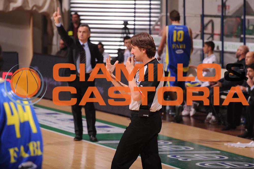 DESCRIZIONE : Siena Lega Basket A 2011-12  Montepaschi Siena Fabi Shoes Montegranaro<br /> GIOCATORE :i arbitro<br /> CATEGORIA : mani<br /> SQUADRA : <br /> EVENTO : Campionato Lega A 2011-2012 <br /> GARA : Montepaschi Siena Fabi Shoes Montegranaro<br /> DATA : 15/01/2012<br /> SPORT : Pallacanestro  <br /> AUTORE : Agenzia Ciamillo-Castoria/ GiulioCiamillo<br /> Galleria : Lega Basket A 2011-2012  <br /> Fotonotizia : Siena Lega Basket A 2011-12 Montepaschi Siena Fabi Shoes Montegranaro<br /> Predefinita :