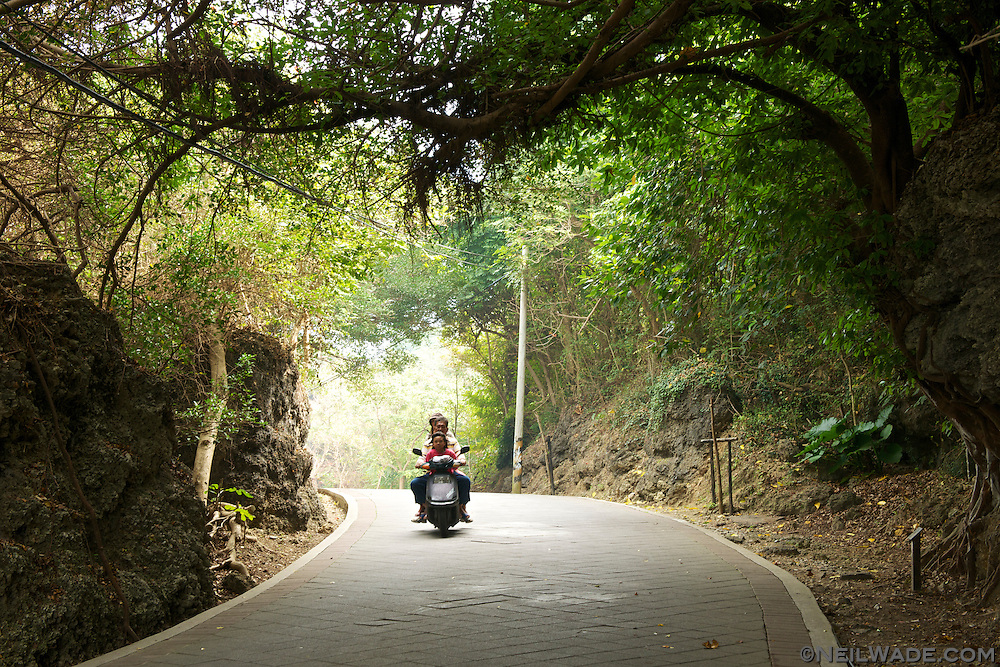 The roads on Little Liuqiu Island are all relatively quiet.  The island has even started to rent ecologically friendly electric scooters.