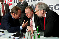 14 DEC 2010, BERLIN/GERMANY:<br /> Frank Bsirske (L), ver.di Vorsitzender, Peter Heesen (M), dbb Bundesvorsitzender, und Frank Stoehr (R), dbb tarifunion 1. Vorsitzender, im Gespraech, nach der Pressekonferenz zu den Forderungen zur Laender-Tarifrunde im öffentlichen Dienst 2011, Katholische Akademie<br /> IMAGE: 20101214-01-0<br /> KEYWORDS: Frank Stöhr, Gespräch