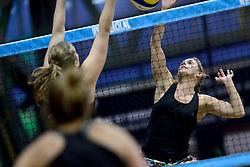 04-01-2015 NED: Open NK Indoor Beachvolleybal, Aalsmeer<br /> Elke Schuil-Wijnhoven en Mered de Vries winnen de finale NK Indoor Beachvolleybal / Mered de Vries