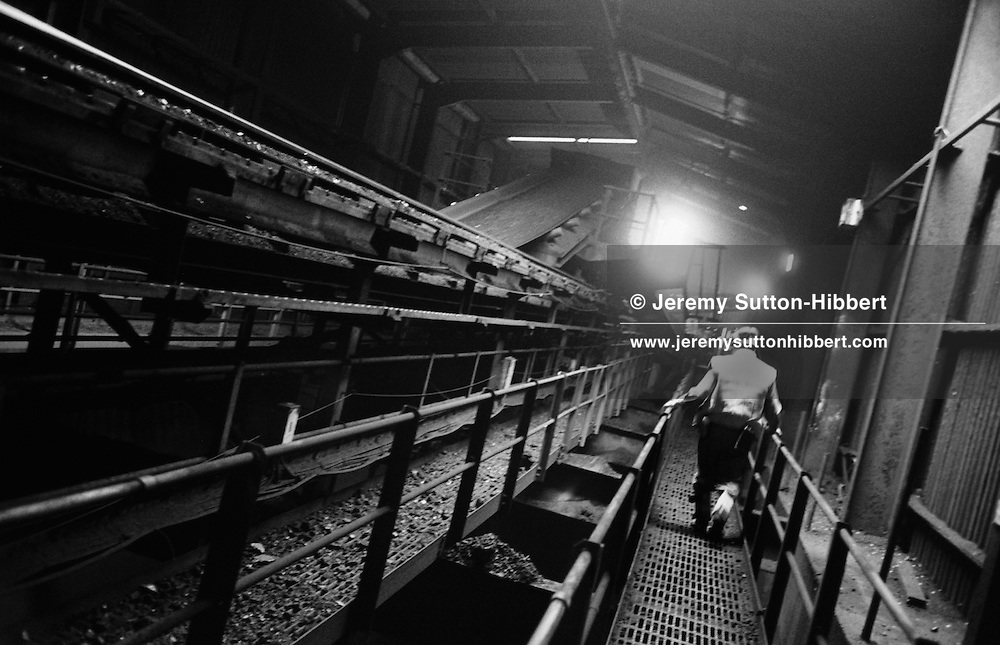 CHECKING THE CONVEYOR BELTS THAT BRING THE COAL TO THE SURFACE AT LONGANNET COLLIERY, CULROSS. SCOTLAND, APRIL, 2001...©JEREMY SUTTON-HIBBERT 2001.....