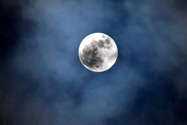 Nederland, Ubbergen, 31-1-2018 De volle maan schijnt in de nacht door de wolken.Foto: Flip Franssen