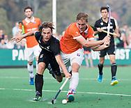 BLOEMENDAAL  - Floris Wortelboer (Bldaal) met Jorrit Croon (HGC)    Hoofdklasse competitie heren, Bloemendaal-HGC (7-2). COPYRIGHT KOEN SUYK