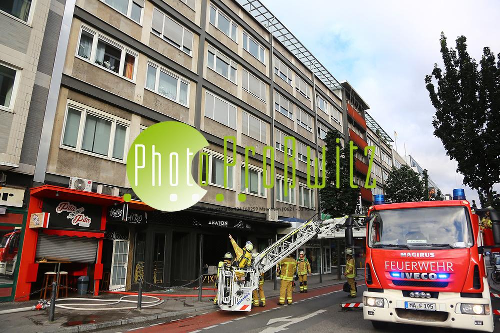 Mannheim. 30.06.17 | Brand in der Innenstadt<br /> Innenstadt. N7. Brand in einer Bar.<br /> Zu einem gr&ouml;&szlig;eren R&uuml;ckstau von Lieferfahrzeugen in der Kunststra&szlig;e f&uuml;hrt derzeit ein Brand in der Mannheimer Innenstadt. Wegen der L&ouml;scharbeiten ist die Kunststra&szlig;e derzeit noch gesperrt. Die Feuerwehr war am Morgen zu einer Verpuffung in einem Gastronomiebetrieb gerufen worden. Tats&auml;chlich brannte es in der K&uuml;che. Das Feuer f&uuml;hrte zu einer starken Rauchentwicklung. Zeitweise waren zwei L&ouml;schz&uuml;ge der Berufsfeuerwehr und die Freiwillige Feuerweh Innenstadt im Einsatz. Derzeit werden die Schl&auml;uche eingerollt, die Einsatzstelle wohl in kurzer Zeit freigegeben. Bei dem Brand zogen sich drei Personen Rauchgasvergiftungen zu. Sie kamen zur Behandlung ins Krankenhaus.<br /> <br /> <br /> BILD- ID 0423 |<br /> Bild: Markus Prosswitz 30JUN17 / masterpress (Bild ist honorarpflichtig - No Model Release!)