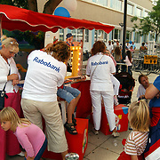 Huizerdag 2004, sminken van kinderen bij de Rabobank stand
