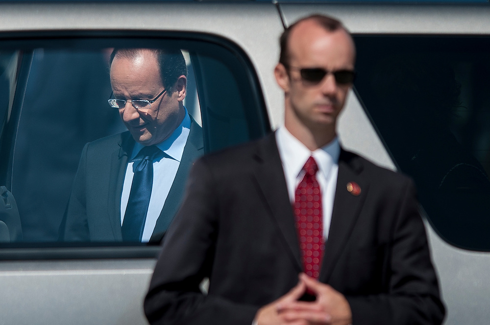 A U.S. Secret Service agent stands watch as French President Francois Hollande and members of the French delegation arrive at Dulles International Airport in Chantilly, Virginia, USA 18 May 2012 ahead of the upcoming G-8 Summit at Camp David.