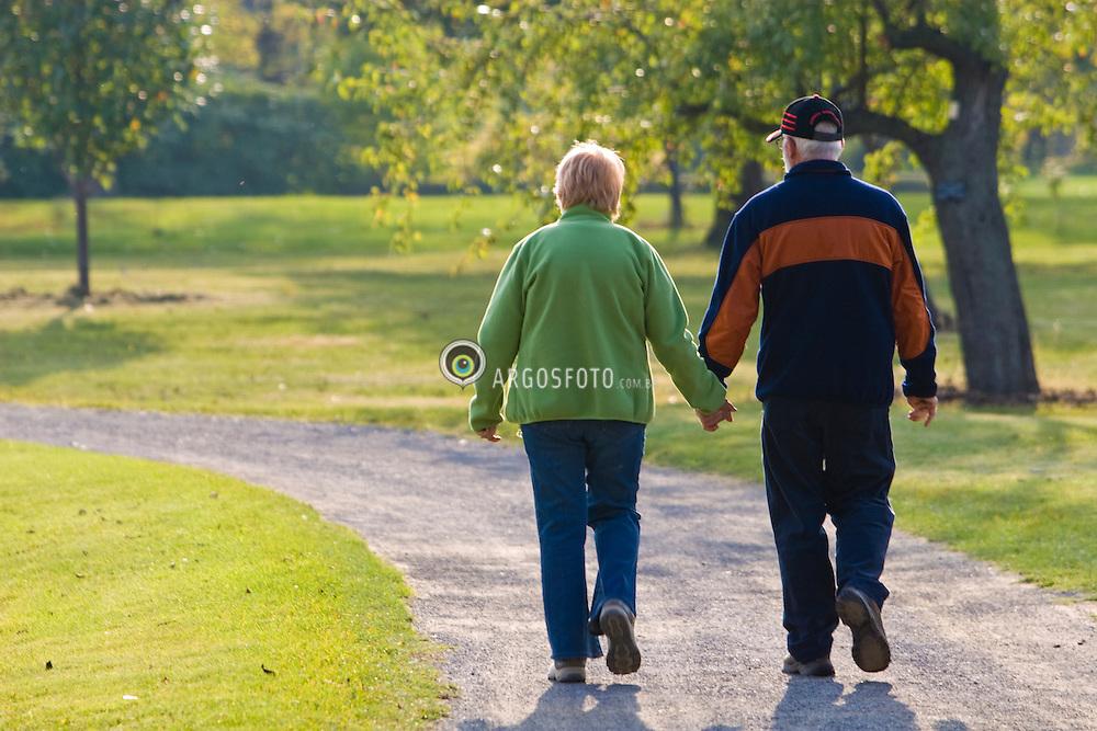 Montreal, QC, Canada. An elderly couple at Montreal Botanic Garden/ Casal passeia de maos dadas no Jardim Botanico de Montreal