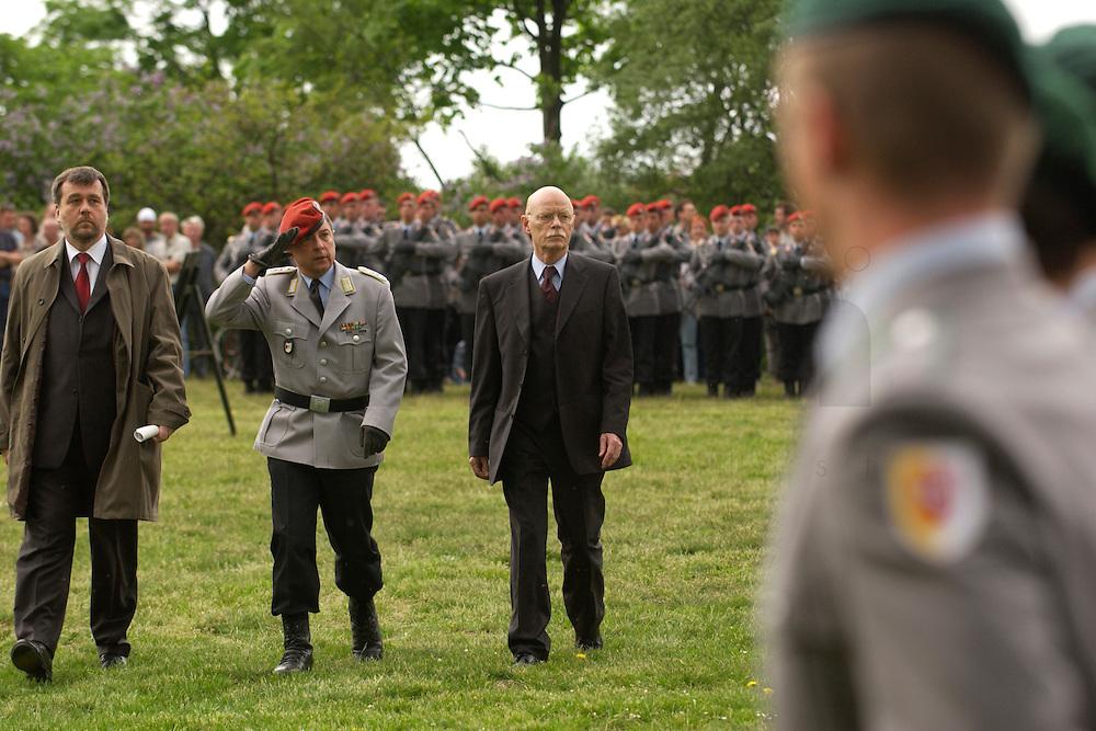 06 MAY 2004, ORANIENBURG/GERMANY:<br /> Peter Struck, SPD, Bundesverteidigungsminister, waehrend einem oeffentlichen Geloebnis von Grundwehrdienstleistenden der Bundeswehr, Schlosspark, Oranienburg<br /> Peter Struck, Federal Minister of Defense, during a swearing-in ceremony of the federal armed forces<br /> IMAGE: 20040506-02-005<br /> KEYWORDS: Vereidigung, &ouml;ffentliches Gel&ouml;bnis