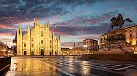 Die Piazza del Duomo mit dem Dom und dem Reiterstandbild von Vittorio Emanuele II. Der Mailänder Dom ist eine der atemberaubendsten Kathedralen Europas und mit meisterhaften Verzierungen einer der wichtigsten Sehenswürdigkeiten Mailands.