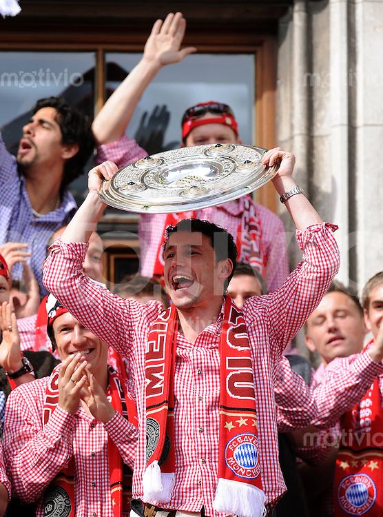 Fussball 1. Bundesliga :  Saison   2009/2010    09.05.2010 Der FC Bayern Muenchen  feiert  auf dem Muenchner Marienplatz die  Deutscher Meister 09/10: Philipp Lahm (FC Bayern mit Meisterschale)