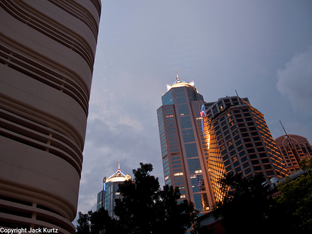 04 OCTOBER 2009 -- BANGKOK, THAILAND: A glimpse of the evening skyline in Bangkok, Thailand.  PHOTO BY JACK KURTZ