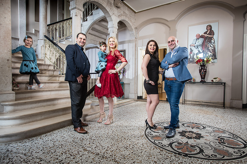20170228 Aardenburg Nederland Kasteel Aardenburg eigendom van de familie Azimi Irani Salar (34)   met  echtgenote Annika (31) met dochters Princess (2) en Isabella (5) en Sasan (kaal) met echtgenote Ziban poses for the photographer at their castle pict FRANK ABBELOOS