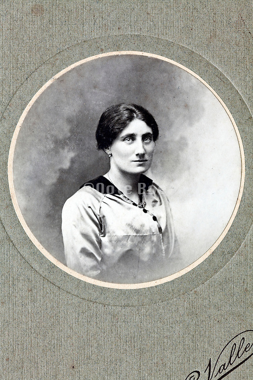 1900s round studio portrait of an adult woman