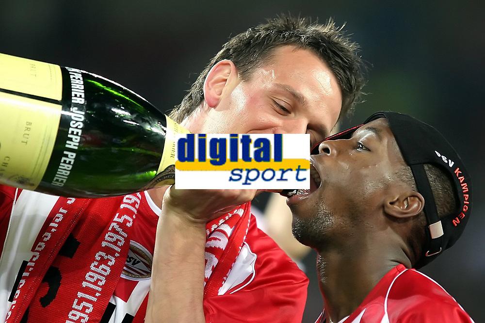 Fotball<br /> Nederland 2004/05<br /> PSV Eindhoven v Vitesse<br /> 23. april 2005<br /> Foto: Digitalsport<br /> NORWAY ONLY'<br /> vennegoor of hesseling schenkt champagne