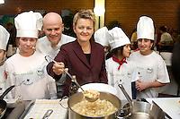 """03 FEB 2005, BERLIN/GERMANY:<br /> Ralf Zacherl (Mi-L), Fernsehkoch, und Renate Kuenast (Mi-R), B90/Gruene, Bundesministerin fuer Verbraucherschutz und Landwirtschaft, kochen mit Kindern der Werbellinsee-Gundschule unter dem Motto """"Bio-Kochen"""", Werbellinsee-Gundschule<br /> IMAGE: 20050203-01-008<br /> KEYWORDS: Renate Künast, Kids, Kind, kocht, Kueche, Küche, Herd, gesund, Kochtopf, Koch, Ernährung, Ernaehrung"""
