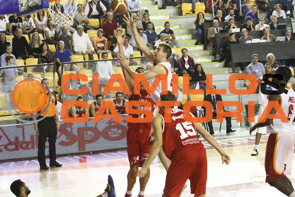 DESCRIZIONE : Roma Lega A 2012-13 Virtus Roma Trenkwalder Reggio Emilia<br /> GIOCATORE :  Peter Lorant<br /> CATEGORIA : tiro equilibrio<br /> SQUADRA : Virtus Roma<br /> EVENTO : Campionato Lega A 2012-2013 <br /> GARA : Virtus Roma Trenkwalder Reggio Emilia<br /> DATA : 14/10/2012<br /> SPORT : Pallacanestro <br /> AUTORE : Agenzia Ciamillo-Castoria/M.Simoni<br /> Galleria : Lega Basket A 2012-2013  <br /> Fotonotizia : Roma Lega A 2012-13 Virtus Roma Trenkwalder Reggio Emilia<br /> Predefinita :
