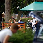 Johnny de Mol eet poffertjers met oma en opa de Mol, grootouders, jr, sr, rokend, sigaret