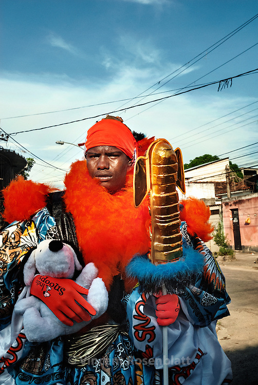 The gang of the Indian (Turma do Indio) is based in the district of Guadalupe, suburb of Rio de Janeiro. Pacific oriented, they use a totem and a soft toy instead of the ball - as a sign of non agressivity. .
