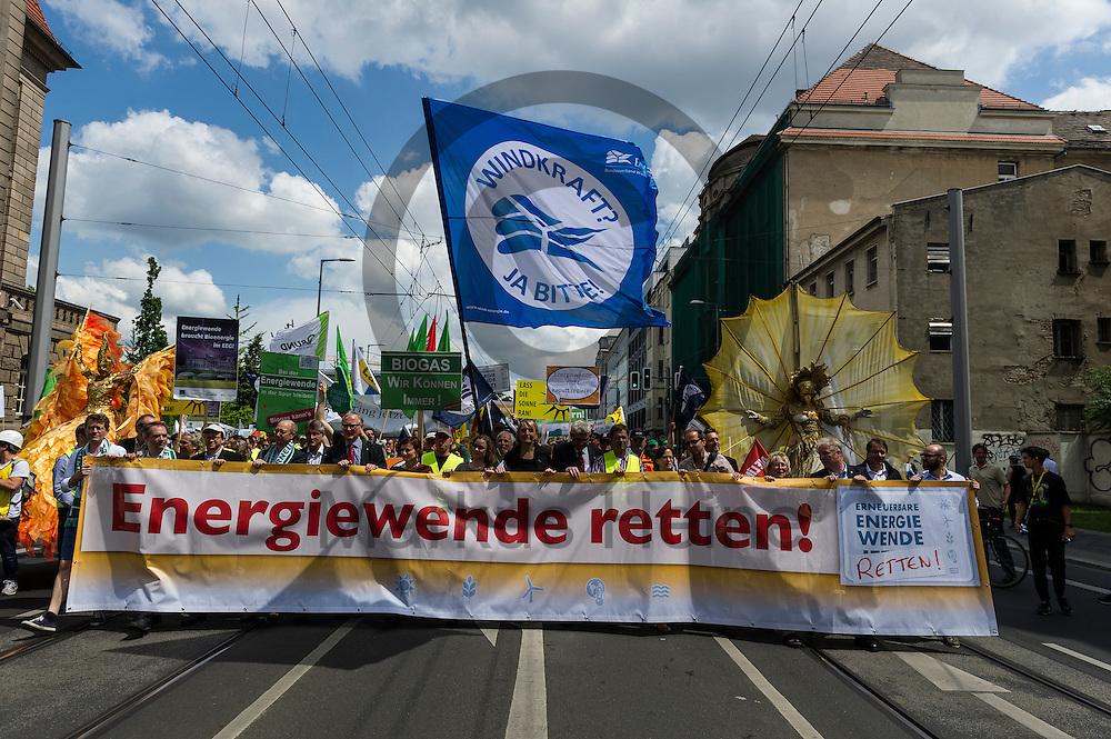 Das Fronttransparent ist w&auml;hrend der Klima Demonstration am 02.06.2016 in Berlin, Deutschland zu sehen. Mehrere Tausend Menschen gingen unter dem Motto: &quot;Energiewende retten! Arbeit sichern! Klimaschutz durchsetzen, EEG verteidigen!&quot; auf die Stra&szlig;e um f&uuml;r den Klimawandel und gegen eine &Auml;nderung des Erneuerbare Energien Gesetz zu demonstrieren. Foto: Markus Heine / heineimaging<br /> <br /> ------------------------------<br /> <br /> Ver&ouml;ffentlichung nur mit Fotografennennung, sowie gegen Honorar und Belegexemplar.<br /> <br /> Bankverbindung:<br /> IBAN: DE65660908000004437497<br /> BIC CODE: GENODE61BBB<br /> Badische Beamten Bank Karlsruhe<br /> <br /> USt-IdNr: DE291853306<br /> <br /> Please note:<br /> All rights reserved! Don't publish without copyright!<br /> <br /> Stand: 06.2016<br /> <br /> ------------------------------
