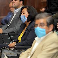 Toluca, Mex.- En el acto de reconocimiento al rector de la Universida Autónoma del Estado de México, algunos de los asistentes portaban cubrebocas siguiendo las indicaciones de la Secretaria de Salud Federal por el brote de la epidemia de Influenza tipo A H1N1. Agencia MVT / Crisanta Espinosa. (DIGITAL)