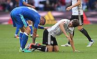 FUSSBALL EURO 2016 ACHTELFINALE IN LILLE Deutschland - Slowakei    26.06.2016 Juraj Kucka (li, Slowakei) hilft Thomas Mueller (re, Deutschland) mit seinem verhackten Schuh