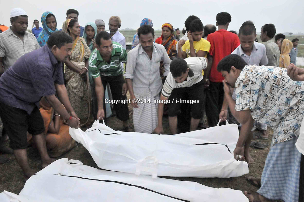 61530162<br /> Relatives identify the bodies after the ferry accident in Munshiganj district, Dhaka, Bangladesh, May 16, 2014.  Bangladesh rescuers have dragged out 10 more bodies, raising the death toll to 22 in the ferry accident on river Meghna, after it sank in storm on Thursday afternoon,  Friday, 16th May 2014. Picture by  imago / i-Images<br /> UK ONLY