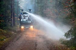Atomkraftgegner besetzen immer wieder die Gleise der Castortransportstrecke im Waldstück bei Harlingen . Auf den Waldwegen wurden einige kleinere brennende Barrikaden errichtet die,die Polizei aber schnell wieder endfernte. <br /> <br /> Ort: Leitstade<br /> Copyright: Malte Dörge<br /> Quelle: PubliXviewinG