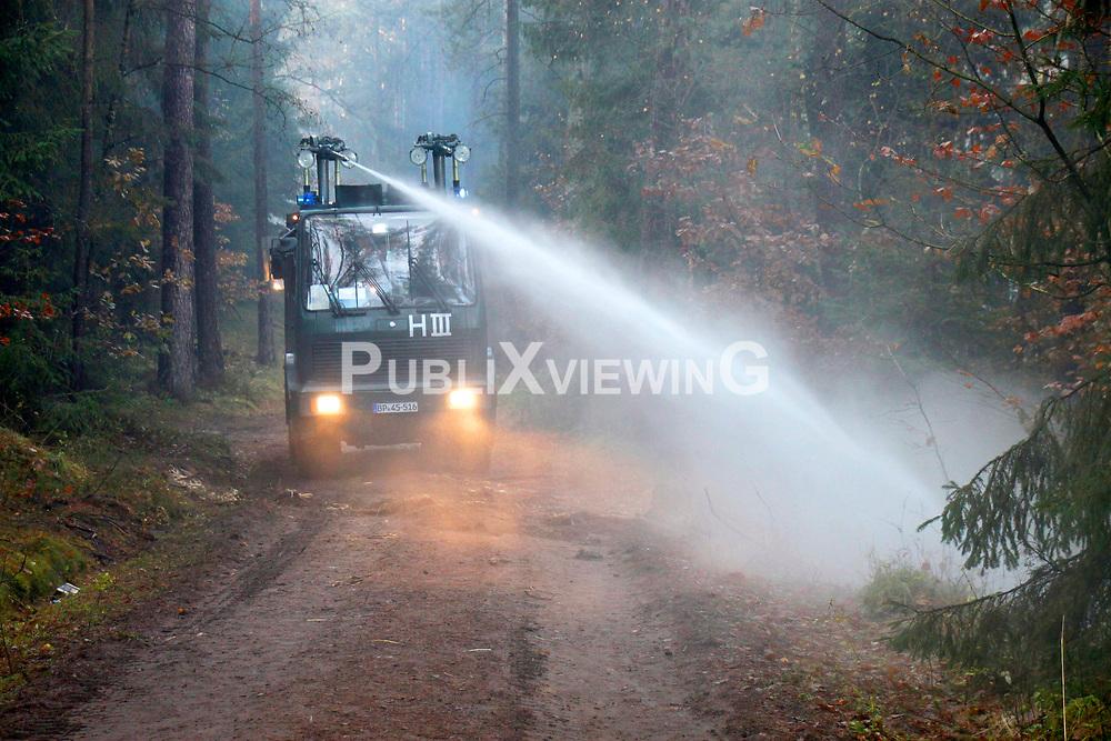 Atomkraftgegner besetzen immer wieder die Gleise der Castortransportstrecke im Waldst&uuml;ck bei Harlingen . Auf den Waldwegen wurden einige kleinere brennende Barrikaden errichtet die,die Polizei aber schnell wieder endfernte. <br /> <br /> Ort: Leitstade<br /> Copyright: Malte D&ouml;rge<br /> Quelle: PubliXviewinG