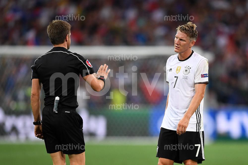 FUSSBALL EURO 2016 HALBFINALE IN MARSEILLE  Deutschland - Frankreich                 07.07.2016 Bastian Schweinsteiger  (re, Deutschland) und Schiedsrichter Nicola Rizzoli