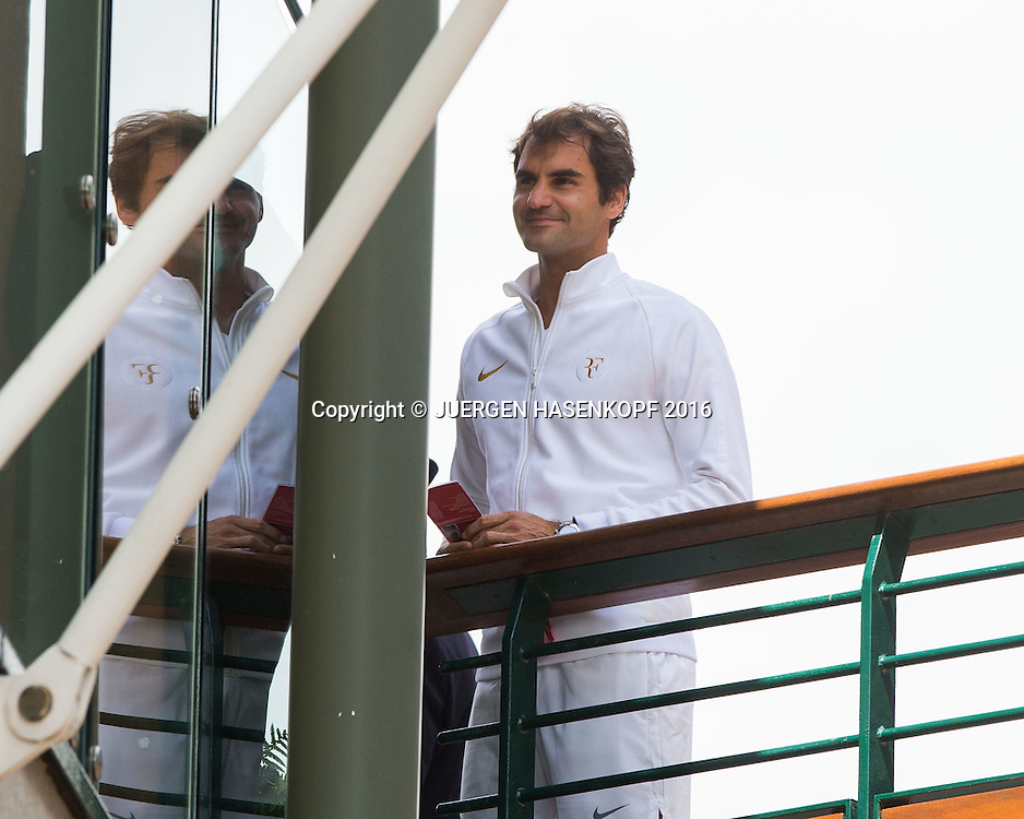 Roger Federer (SUI) steht auf der Fussgaengerbruecke und schaut um die Ecke,<br /> <br /> Tennis - Wimbledon 2016 - Grand Slam ITF / ATP / WTA -  AELTC - London -  - Great Britain  - 27 June 2016.