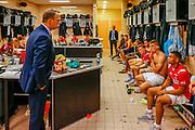 ALKMAAR - 27-08-15, Europa League,  2e voorronde,  AZ  - Astra GiurGiu, AFAS Stadion, 2-0, AZ trainer John van den Brom (l) spreekt de groep toe, AZ speler Dabney dos Santos Souza (r), AZ speler Markus Henriksen (2vr).