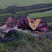 NLD/Huizen/19911120 - Milieuvervuiling natuur, ijzeren vaten gedumpt in een weiland