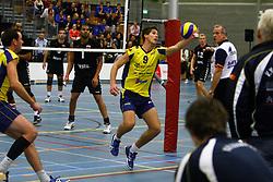 14-10-2012 VOLLEYBAL: EREDIVISIE TILBURG STV - ZAANSTAD : TILBURG<br /> Yannick Gloudemans, Zaanstad probeert in een uiterste poging de bal in het spel te houden.<br /> ©2012-FotoHoogendoorn.nl / Pim Waslander