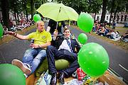 Met een parade presenteren de studentenverenigingen van Utrecht zich aan de nieuwe lichting. Vandaag zijn in Utrecht de introductiedagen, onder de noemer UIT, van start gegaan. Eerstejaars studenten maken onder begeleiding van ouderejaars kennis met elkaar en de stad waar ze gaan studeren.<br /> <br /> Students are watching the parade of the societies during the introduction week of the university.