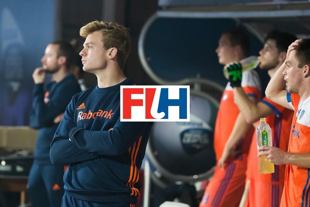 BHUBANESWAR - De beblesseerde Mink van der Weerden (Ned) ziet Oranje gelijk spelen  tijdens de Hockey World League Final wedstrijd Nederland-Argentinie (3-3).  COPYRIGHT  KOEN SUYK