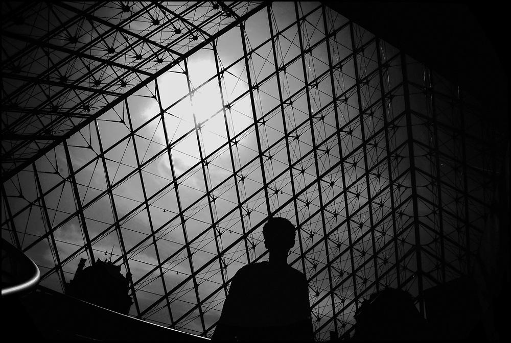 LE LOUVRE / EL LOUVRE.Photography by Aaron Sosa.ParÌs - France 2008.(Copyright © Aaron Sosa)..El Museo del Louvre (en francÈs: MusÈe du Louvre) es un museo de Francia consagrado al arte anterior al impresionismo, tanto bellas artes como arqueologÌa  y artes decorativas. Es considerado el museo m·s importante del mundo, por la riqueza de sus colecciones y por la influencia que ha ejercido en los restantes museos del planeta. Est· ubicado en ParÌs (Francia), en el antiguo palacio real del Louvre, y actualmente promueve la apertura de dos subsedes, en Lens (Francia) y en Abu Dabi (Emiratos ¡rabes Unidos).[1]..Sus extensos muermos son el resultado de un doble esfuerzo histÛrico. Al coleccionismo desarrollado por la monarquÌa francesa a lo largo de varios siglos, se sumÛ el esfuerzo de los hombres de la IlustraciÛn, la labor desamortizadora de la RevoluciÛn francesa y las campaÒas arqueolÛgicas y compras impulsadas durante todo el siglo XIX. La apertura del Louvre en 1793 significÛ, dentro de la historia de los museos, el traspaso de las colecciones privadas de las clases dirigentes (monarquÌa, aristocracia e Iglesia) a galerÌas de propiedad p˙blica para disfrute del conjunto de la sociedad. Por ello el Louvre constituyÛ el precedente de todos los grandes museos nacionales europeos y norteamericanos, y de hecho fue el modelo para muchos de ellos...Con m·s de quince millones de visitantes en 2008 es, con gran diferencia, el museo de arte m·s visitado del mundo y el m·s recordado por varias de sus obras maestras, como La Gioconda de Leonardo da Vinci.