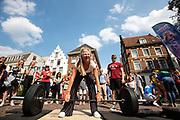 Een studente probeert een zware halter omhoog te tillen. In Utrecht de introductiedagen, onder de noemer UIT, van start gegaan. Eerstejaars studenten maken onder begeleiding van ouderejaars kennis met elkaar en de stad waar ze gaan studeren<br /> <br /> In Utrecht new students meet each other and the city during the introduction week.