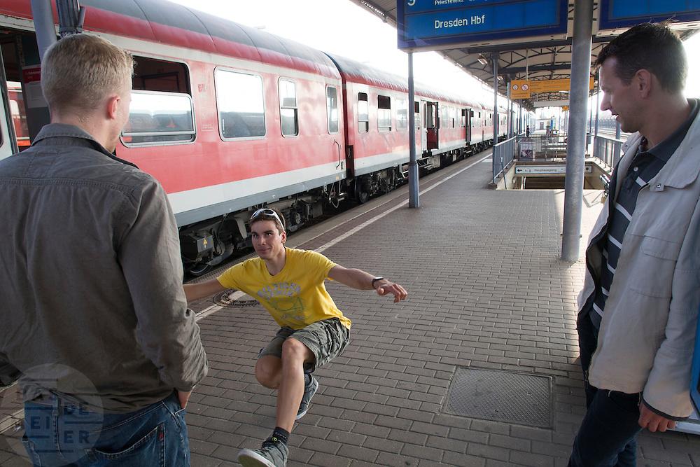 Sebastiaan Bowier laat een kunstje zien tijdens het wachten op het station in Cottbus. HPT Delft en Amsterdam is op weg near Senftenberg voor de recordpogingen op de Dekra baan.<br /> <br /> Sebastiaan Bowier is showing a trick while waiting at a train station in Cottbus. The Human Power Team Delft and Amsterdam is on its way to Senftenberg (Germany) to break the world record on the one hour time trial at the Dekra test track.