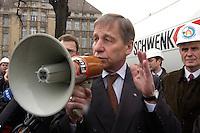 26 MAR 2004, BERLIN/GERMANY:<br /> Wolfgang Clement, SPD, Bundeswirtschaftsminister, spricht mit einem Megaphon zu Arbeitern aus der Zementindustrie, die im eine Resolution ueber die negativen Auswirkungen des Emissionshandels auf Wettbewerbsfaehigkeit und Arbeitsplatz übergeben haben, vor dem Bundesministerium fuer Wirtschaft und Arbeit<br /> IMAGE: 20040326-01-029<br /> KEYWORDS: Demo, Demostration, Megafon