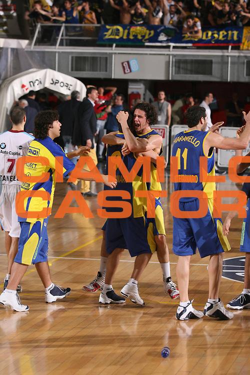 DESCRIZIONE : Rieti Lega A2 2005-06 Play Off Finale Gara 1 Noi Sport Monte Terminillo Rieti Premiata Monegranaro <br /> GIOCATORE : Team Montegranaro <br /> SQUADRA : Premiata Monegranaro <br /> EVENTO : Campionato Lega A2 2005-2006 Play Off Finale Gara 1 <br /> GARA : Noi Sport Monte Terminillo Rieti Premiata Monegranaro <br /> DATA : 28/05/2006 <br /> CATEGORIA : Esultanza <br /> SPORT : Pallacanestro <br /> AUTORE : Agenzia Ciamillo-Castoria/G.Ciamillo <br /> Galleria : Lega Basket A2 2005-2006 <br /> Fotonotizia : Rieti Campionato Italiano Lega A2 2005-2006 Play Off Finale Gara 1 Noi Sport Monte Terminillo Rieti Premiata Montegranaro <br /> Predefinita : si