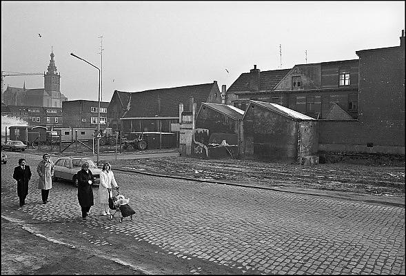 Nederland, Nijmegen, 10-10-1980Serie beelden over het wonen en sociale woningbouw in verschillende wijken van de stad. De benedenstad was sterk verwaarloosd en verkrot, veel kaalslag. Herbouw met nieuwe sociale huurwoningen vind plaats rond 1980. Enkele oude panden konden nog gered en gerenoveerd worden. Daar kwamen veelal appartementen, koopappartementen in.In het kader van stadsvernieuwing en renovatie van buurten gemaakt.FOTO: FLIP FRANSSEN/ HH